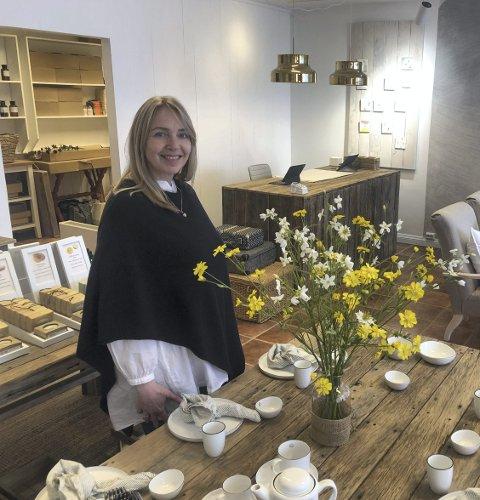 DesignSalong: Torsdag åpnet Elisabeth Ellefsen butikken i nyoppussede lokaler i tvedestrand sentrum. Lyst og lekkert er det blitt. Foto: Marianne Drivdal