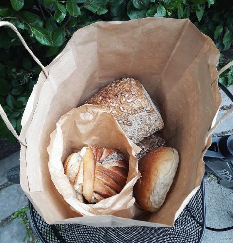FORUNDRINGSPOSE: Bollar og brød er nokre av matvarene ein kan få i ein pose frå Too Good To Go.