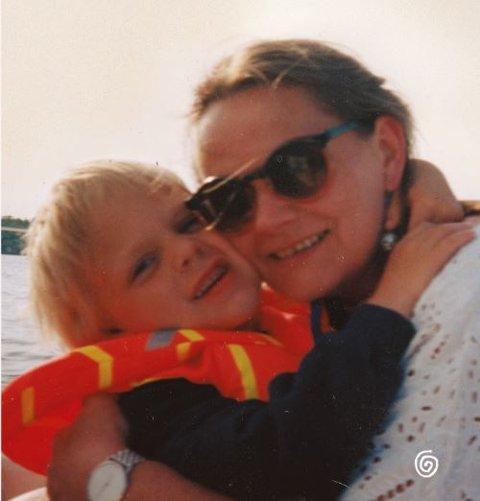 I boken «Mamma er trygda» tar Mimir Kristjansson  et oppgjør med nordmenns fordommer mot mennesker som lever på støtte fra staten, og skammen som er knyttet til det. Bildet er omslaget av boken.