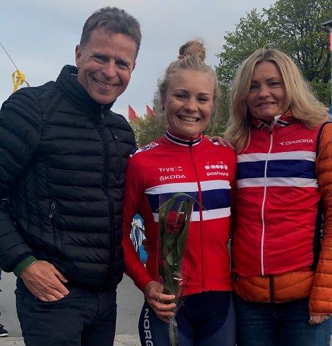 VANT I SVERIGE: Emilie Moberg vant torsdagens etappe av Tour of Uppsala, med pappa Roy og mamma Gry som stolte tilskuere.