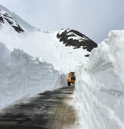 STOPPORDRE: Hengskavelen øverst i fjellet gjorde at arbeiet med å ta opp veien, ble stoppet 12. mai. Man fryktet for sikkerheten til maskinføreren.
