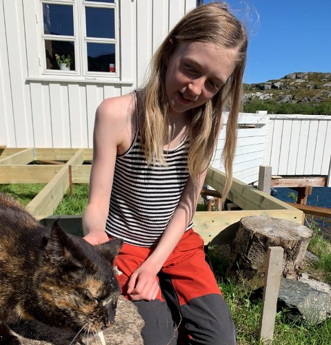 Rufsi avbildet sammen med Leonora, som gir henne tørrfisk.