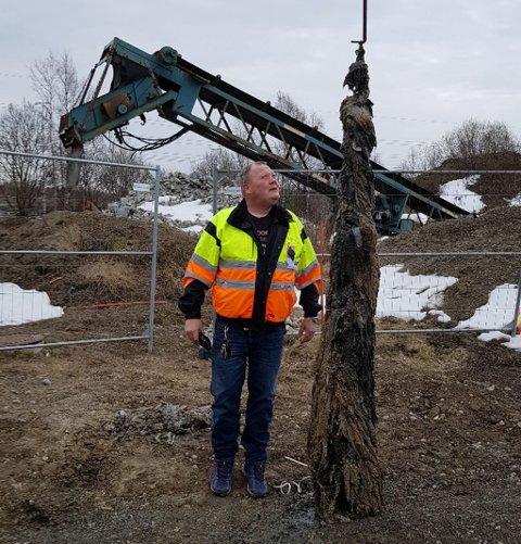 ENORM: Proppen som er større enn en voksen mann ble hentet ut fra en avløpskum. Ved siden av står formann, Rune Høibråten ved avløpsetaten i Ullensaker kommune.