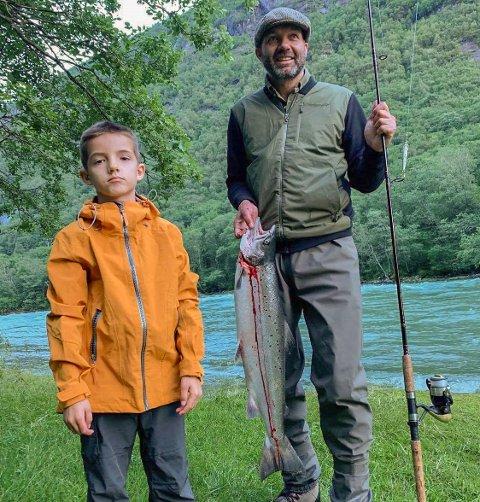 Felles glede: Far og sønn kan glede seg over fin fangst. (Foto; privat).