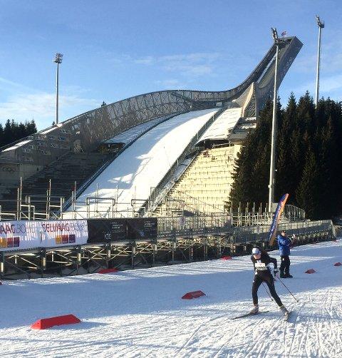 IKKE HVOR SOM HELST: 18 langrennsløpere fra Gjerstad IL har gått skirenn i Holmenkollen i helgen. – Det er gjevt, slår trener Tallak Olav Gryting fast. Her er det Oda Ertzeid som skøyter seg frem på lørdagens renn.