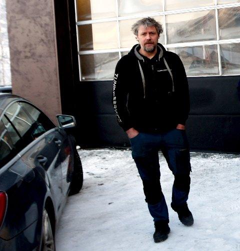 Erik Bontvedt driv Lom Bilservice og ei avdeling av Bis Tuningservice i Koldenbygget.