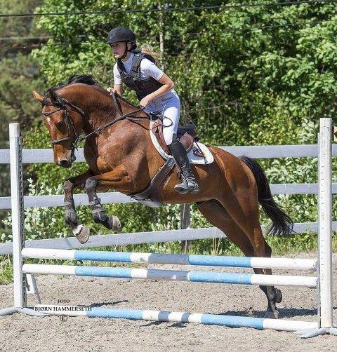 DYKTIG RYTTER: Amalie og hesten «Pi» svever over hinderne på ridebanen. Hesten var en framtidsgave fra foreldrene, en hun skulle ta nye steg med mot drømmen om å bli profesjonell sprangrytter.