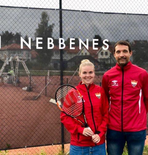 HOLDER KURS: Sportslig leder i tennisgruppa, Steinar Løvstad (t.h.) er fornøyd med å ha fått inn 22 år gamle Maren Helgø som ny trener, og som skal holde tenniskurs utover høsten.