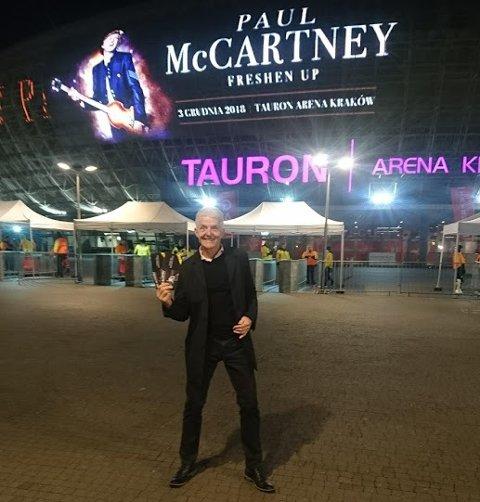 UTENFOR: Erik Holt utenfor konsertarenaen i Krakow, uvitende om at billettene ikke er gyldige.