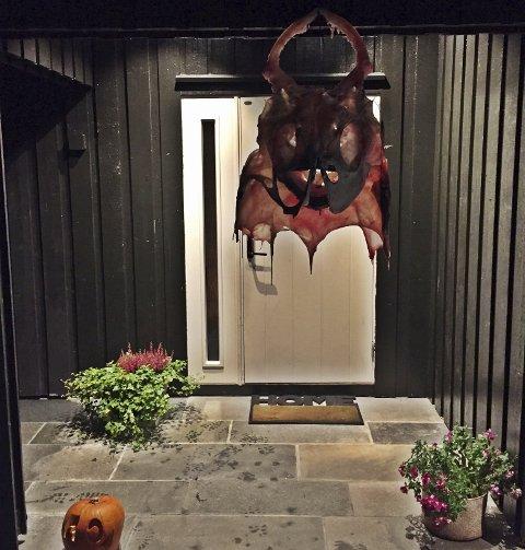 Den enorme breiflabben ble hengt på en spiker utenfor inngangsdøren.