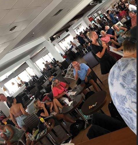 KAOTISK: Flere hundre nordmenn venter på å komme seg hjem. Mange av turistene har ikke fått hotellrom da det er fullt.