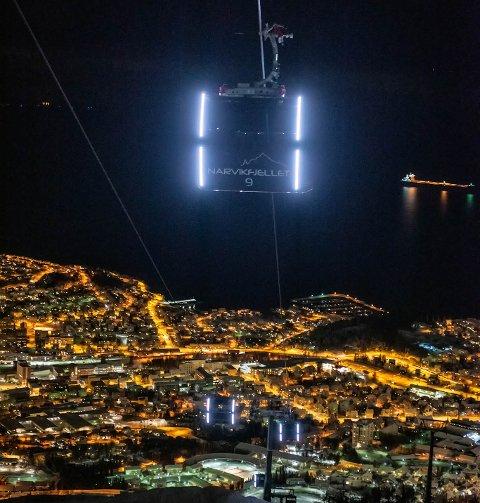 HÅPER PÅ LYS: Jim Ove Johansen håper at de får lys i gondolene.