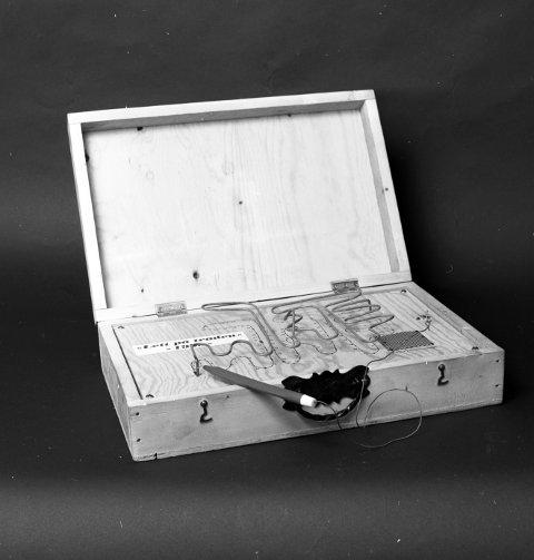 «Lett på tråden»: Fint håndverk både utenpå og inni. Design og produksjon av koffert: Henry Arne Hansen. Elektronikk, stålarbeid, mm: Harald Harnang.