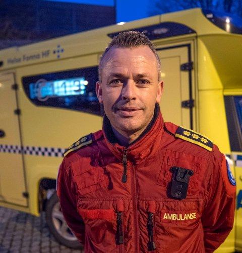 LANGE DAGER: Funksjonsleder Svein Oddvar Moen forteller at man på ambulansestasjonen i Haugesund nå jobber 48-timersskift. – Vaktene våre er lengre. Vi har faste vaktlag, færre roteringer internt, og vi er mer adskilt fra hverandre. Dersom én av oss blir smittet, skal ikke alle bli satt ut. Dagen er lange, men det går bra med oss, sier han.