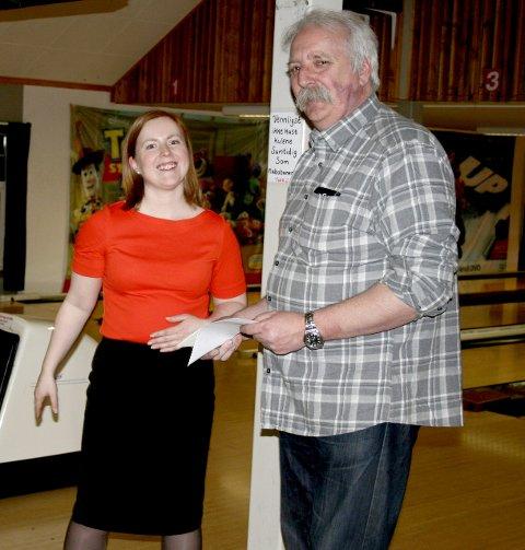 Gave: Jubilanten fikk 2000 kroner i gave fra Vefsn kommune. Varaordfører Åshild Pettersen og leder for Smaileysgjengen, Svein Erik Moe