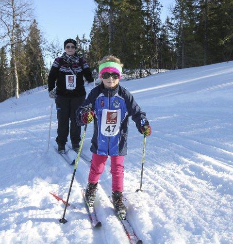 Solskinnsdag: Fjorårets Hjartfjellrennet ble strålende. Jorun Storåker Opland og Sara Opland koste seg ute i løypa.