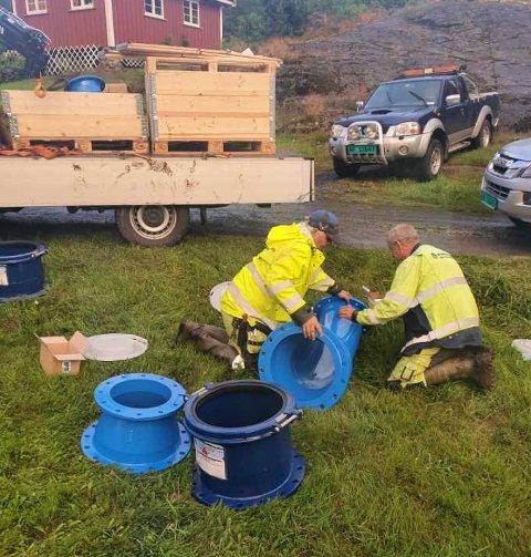 JOBBES PÅ SPRENG: Kommunens virksomhet for vann, avløp og renovasjon er i full sving med å reparere lekkasjen tirsdag kveld etter å ha fått nødvendige deler fra Sandefjord.
