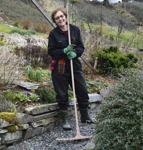 I SVING:  Elna Marie Fludal på Opsanger frydar seg over at ho endeleg kan begynna med utearbeidet.