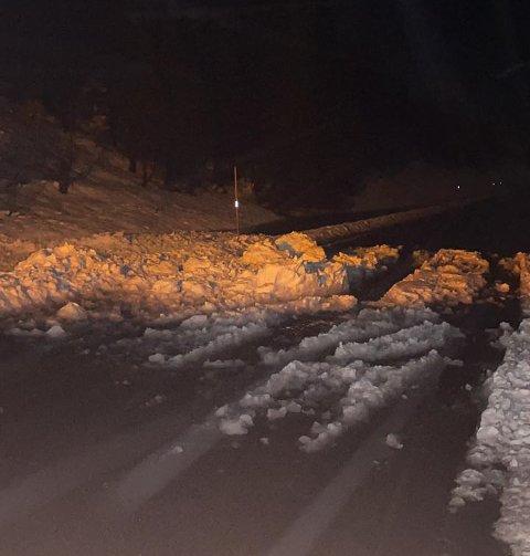 SKRED: Onsdag kveld ryddet veivakt Roar Jenssen opp dette sørpeskredet på fylkesvei 7630.