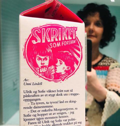 GAMMEL UTGAVE: Krimdronninga Unni Lindell har selv hatt påskekrim på Tines melkekartong. Her en 10 år gammel utgave som Lindell tok bilde av og sendte til NA.