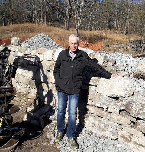 FORNØYD: Harald Lundstedt i Gjersjøelva natur- og kulturpark er fornøyd med at de takket være støtte fra Sparebakstiftelsen nå kan restaurere den gamle grunnmuren til Stubljan herregård ved Hvervenbukta.