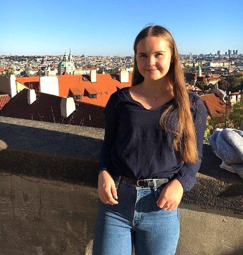 Hennika Solbakken (18) og venninnene hennes benytter enhver sjanse til å bade når det er fint vær ute.
