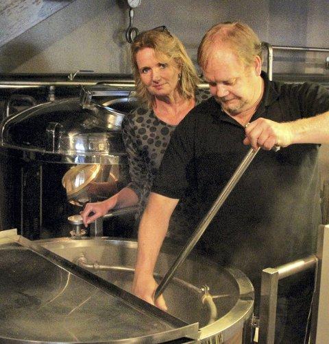 I BRYGGERIET: Kjersti Romsaas Sundby og brygger Frank Werme har utviklet Sundbytunets nyeste ølsort, Pilegrimspils. Den ble lansert i går, men er i salg først i juli. alle foto: stine strandhaug