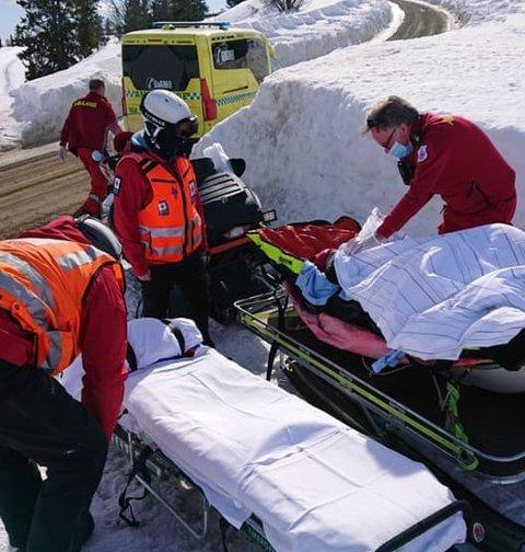 Da Sigrun Dancke Skaare trengte hjelp ned fra fjellet, kom Røde Kors og ambulanse raskt til stedet. – Jeg har aldri vært så glad for å se Røde Kors som da de kom, sier hun