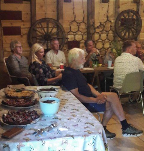 Fest i torekoven: Arne Løvereide med festdeltakere.BEGGE foto: Privat