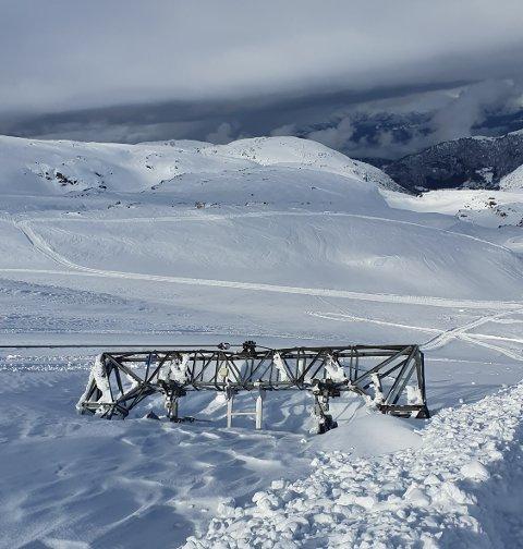 På Folgefonna jobbar dei no med å grave fram skiheisen etter vinteren.