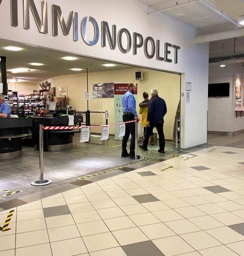 18:00: Peter Anders Kromann er sjef på Vinmonoppolet i Alta, og stengte fredag portene klokken 18:00. Dette bildet er tatt ved en tidligere anledning.