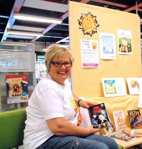 Oppfordrer til lesing i sommer:Biblioteksjef i Fet Karen S. Henriksen oppfordrer alle i alderen 0 til 13 år å bli med på SommerLes-kampanjen.foto: svein samuelsen