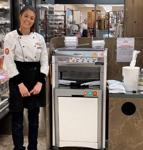 FORNØYD: Bakeriansvarlig Camilla og de andre ansatte er glade for å endelig kunne sette maskinen tilbake i butikken.