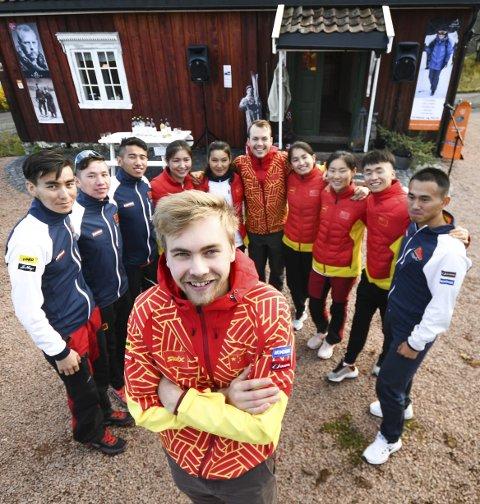 BRA GJENG: Erik Trøen fra Sjåstad er smører for de beste kinesiske løperne. Bak ham står f.v. Miyelieyi Ayiken (17), Yeernaer Abudelehan (18), Hanati Tuerxun (22), Bayani Jialin (19), Dinaer Talidawubieke (19), Kristian Bjune Sveen (28), Dinigeer Yilamujiang (18), Weijia Kong (18), Hailin Ma (20) og smører Kai Sun (24).FOTO: PÅL A. NÆSS