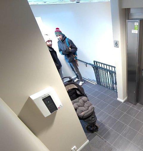 OPPDAGET: Det er tydelig at de to mennene ser kamera og diskuterer noe seg i mellom før de gjør innbruddet.