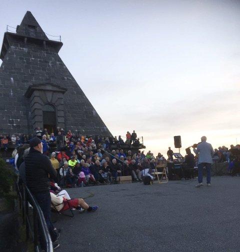 Mer enn forventet: Nærmere 400 publikummere stilte ved Minnehallen kl. 04.00 søndag morgen. Det var mer enn arrangørene forventet.foto: Kåre Christoffersen