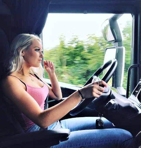 HVERDAGEN: June Nygård fra Kolbu har truffet blink med yrkesvalget. Hun er lærling på andre året og reiser Østlandet rundt bak rattet i lastebil. – Å kjøre lastebil er ikke bare en jobb - det er en livsstil, sier hun.