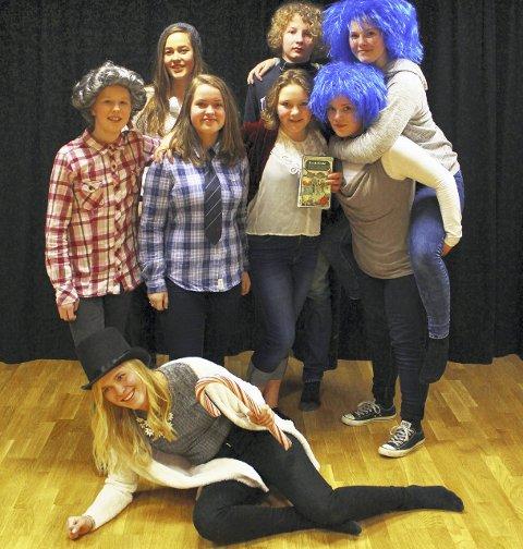 Jevnaker Teatergruppe består av Cecilie Pal-Bisgaard, Christian Wilkens, Eilys Outhwaite, Emma Moen, Hedda Frydenlund, Malin Teslo, Sofie Krohn, malin, Tone Eriksen.