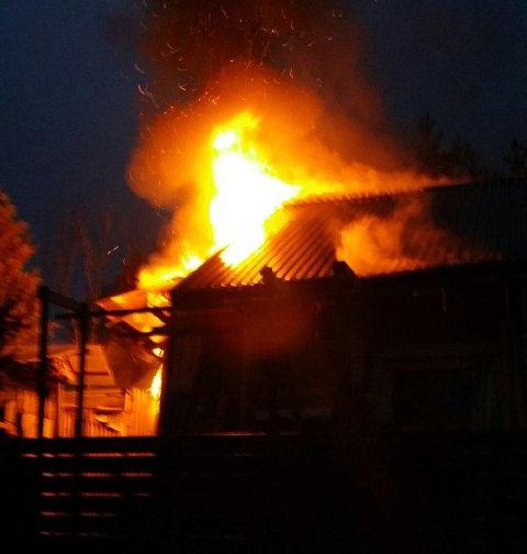 OVERTENT: Flammene sto ut av garasjen da brannvesenet ankom stedet.