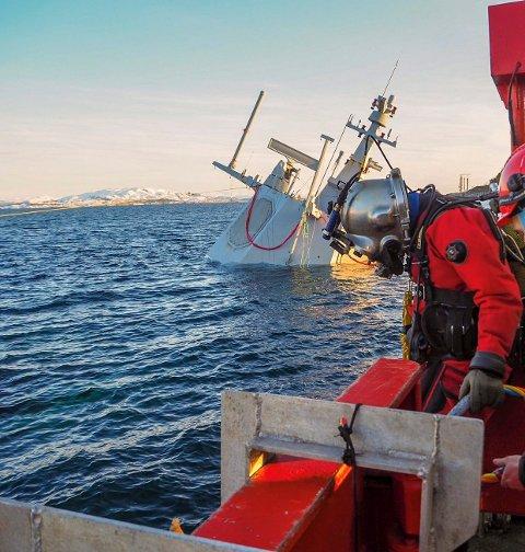 I VANNET: Jarle Johansen (37) har fått stålhjelmen på og er klar for et nytt dykk.