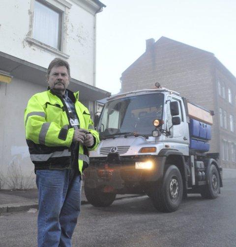 Vær på vakt: Oppsynsmann Ole Sverre Kantebakke sier kommunen prioriterer de bratteste gatene og i de gatene Timebussen går. Ellers er han glad for at folk sier ifra om problemer med å komme fram.