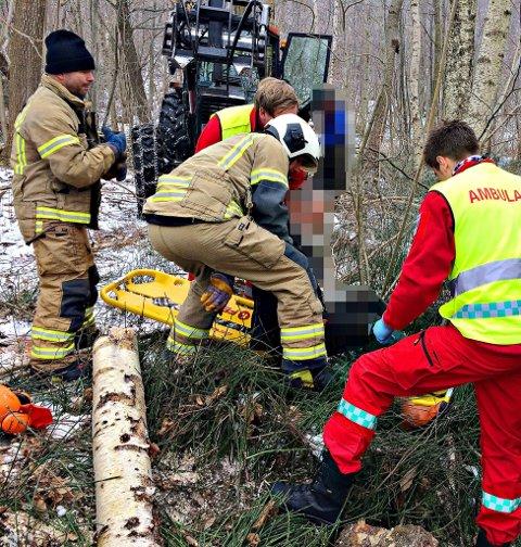 – Med hjelp av kjetting festet til treet og frontlasteren på en traktor fikk vi løftet vekk trestammen og frigjort personen, forteller brannvesenet.