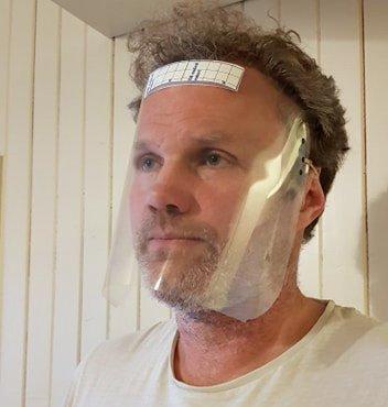 Fysioterapeut Thomas Brønlund demonstrerer oppfinnelsen. Foto: Tingvoll kommune