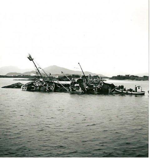 """Forliset til Poseidon ved Gunnhildvågen. Her ser vi """"Fabrikklaget II"""" i hekken på havaristen."""