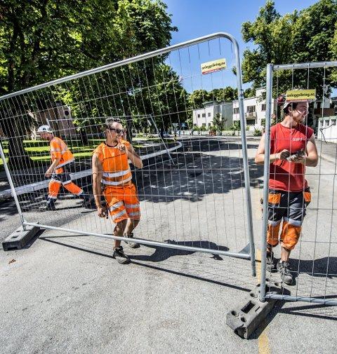 Gjenåpnet: Elias Arrouj og Sander Elias Lundblad fjerner sperringen i Riddervolsgate.FOTO: Geir A. Carlsson