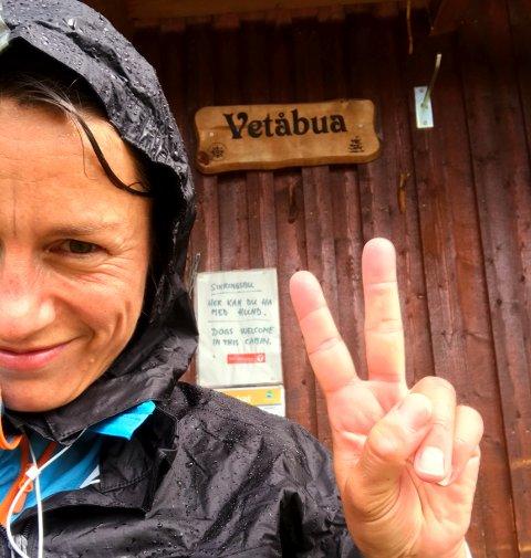 Det var vått og bløtt da Inger Johanne Oldervik passerte Vetåbua i Fåvangfjellet den første dagen.  SVEIP FOR Å SE FLERE BILDER