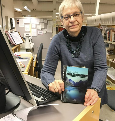 FORNØYD: En fornøyd biblioteksjef med boka Malstrømmen av Frode Granhus. Irene Bergsnev er biblioteksjef i Vefsn.