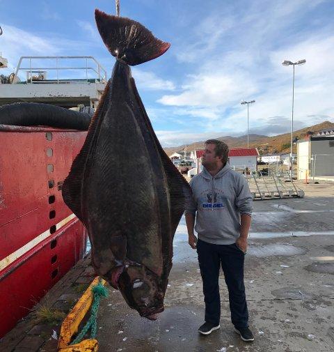 NÅ BLIR DET MIDDAG: -Vi har skjært den opp og skal smake på den, sier kapteinen på fiskebåten, Kenneth Stangen, om storfangsten.