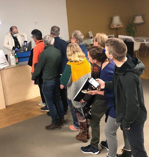 """Bibliotekene i Vågan og Vestvågøy tilbyr sine brukere """"Data Detox"""" - et åtte dagers program med praktiske råd og utfordringer for å følge sine digitale spor."""
