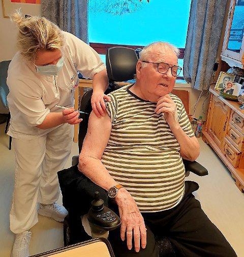 Avdelingsleder Anita Byrbotten setter vaksine på Johan Grotheim.